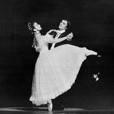 B52111-03-Margot-Fonteyn-&amp;--John-Meehan.-The-Merry-Widow.-New-York-1976.-Photo-Martha-Swope_730